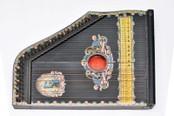 Obrazek posiada pusty atrybut alt; plik o nazwie Zitra-instrument-muzyczny-okresu-przed-I-wojna-swiatowa.jpg